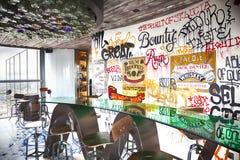 Projeto urbano no café na construção da torre da garça-real Fotos de Stock Royalty Free