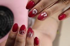 Projeto vermelho do tratamento de mãos com prata Fotografia de Stock Royalty Free