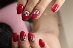 Projeto vermelho do tratamento de mãos com prata Fotos de Stock