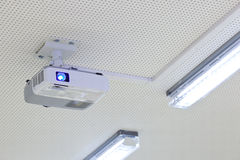 Projetor aéreo do lcd em uma sala de aula moderna Foto de Stock