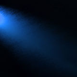 Projetor azul no canto lateral, eixo de luz azul no fundo preto com textura do grunge fotos de stock royalty free