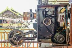 Projetor de filme giratório análogo velho do filme no teatro de filmes exterior do cinema para povos da mostra no parque imagem de stock