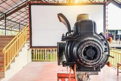 Projetor de filme giratório análogo velho do filme no teatro de filmes exterior do cinema para povos da mostra no parque fotos de stock royalty free