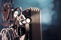 Projetor de película velho com iluminação dramática imagens de stock