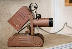 Projetor de slides - um dispositivo surpreendente do vintage em uma prateleira em uma casa velha imagens de stock
