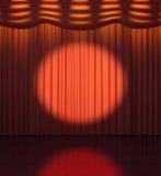 Projetor dirigido em uma cortina vermelha Foto de Stock