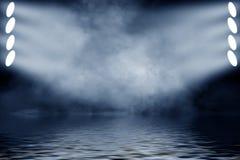 Projetor do projetor com reflexão na água Isolado no fundo preto ilustração stock