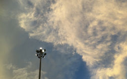 Projetor no céu azul nebuloso fotos de stock