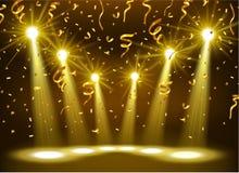 Projetor que brilha na fase vazia com confetes do ouro Fotografia de Stock