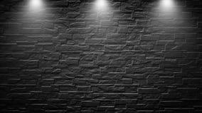 Projetores altamente contrastados em uma parede de tijolo preta exterior foto de stock