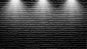 Projetores altamente contrastados em uma parede de tijolo preta exterior imagens de stock