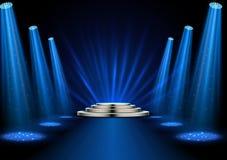 Projetores azuis com o pódio branco no fundo escuro Foto de Stock