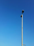Projetores da coluna isolados contra o céu azul brilhante foto de stock royalty free