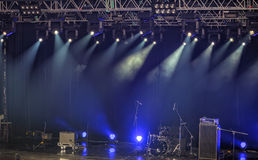 Projetores e iluminação na fase com equipamento de som Foto de Stock Royalty Free