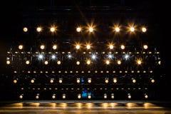 Projetores & equipamento de iluminação para o teatro Luz amarela fotos de stock royalty free