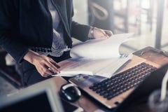 Projetos do negócio da revisão e do planeamento da mulher de negócios Imagens de Stock