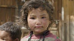 PROK, НЕПАЛ - МАРТ 2018: Портрет местной девушки в nepalese деревне сток-видео