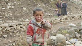 PROK, NEPAL - MAART, 2018: Portret van de lokale schreeuwende jongen in Nepalees dorp stock videobeelden
