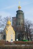 Prokhorov-Kapelle und der achteckige Glocketurm unter Erneuerung im Novodevichy-Kloster, Moskau Stockfotografie