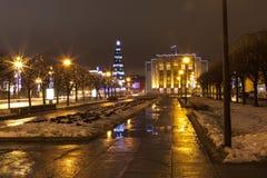 Proletarische Diktatur der Straße Weihnachtsbaum und das Gebäude der Leningrad-Region St Petersburg Lizenzfreies Stockfoto