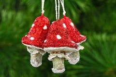 Prolifera rápidamente la amanita, decoración del vintage en un backgr del árbol de navidad Fotos de archivo libres de regalías