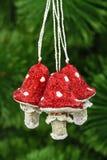 Prolifera rápidamente la amanita, decoración del vintage en un backgr del árbol de navidad Imágenes de archivo libres de regalías