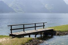 Prolongación del andén sobre el lago Imagenes de archivo