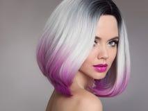 Prolongements colorés de cheveux d'Ombre Blonde modèle de Girl de beauté avec le sho Photo stock