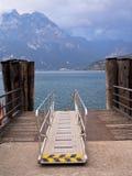 Prom Desantowa scena Jeziorny Garda, Włochy Fotografia Royalty Free