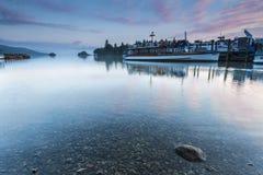 Prom i łodzie na jeziorze Obrazy Royalty Free