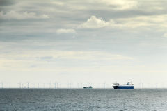 Prom i wiatraczki w oceanu podtrzymywalnym przemysle Obraz Royalty Free
