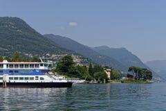 Prom i widok górski od Jeziornego Como, Lombardy, Włochy Zdjęcia Royalty Free