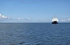 Prom na błękitnym falistym morzu Zdjęcie Royalty Free