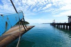 Prom Niesie samochodowych pojazdów acroos Tajlandzkiej zatoki Koh Chang wyspa wewnątrz Obrazy Royalty Free