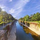 Promenad längs den Wien floden i sommartid i den historiska staden parkerar Fotografering för Bildbyråer