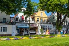 Promenad nära förändrar den Strom kanalen, Warnemuende, Hanseatic stadsRo royaltyfri foto
