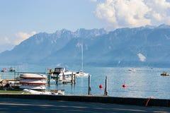 Promenad och fartyg på sjöGenève i Lausanne Schweiz Arkivbild