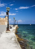 Promenad och hav på den Chania hamnen Arkivfoton