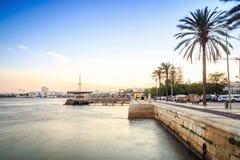 Promenad och marina på den Arade floden i Portimao, Portugal Royaltyfri Foto