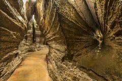 Promenade à l'intérieur des cavernes Photo stock