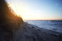 Promenade à la mer baltique en hiver image stock