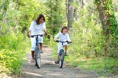 Promenade à vélo 2. Promenade à vélo en pleine nature Stock Photos