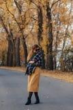 Promenade élégante confortable de jeune fille au parc coloré d'automne photo stock