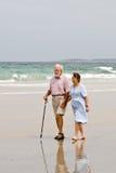 promenade aînée de plage Photographie stock libre de droits