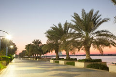 Promenade in Abu Dhabi an der Dämmerung Lizenzfreies Stockfoto