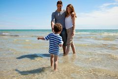 Promenade adorable de gosse vers ses parents Image stock