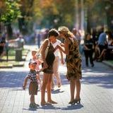 Promenade agréable avec la famille Image libre de droits