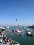 Promenade areafills mit Leuten, Kajaks, Boote Lizenzfreies Stockfoto