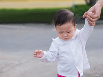 Promenade asiatique d'enfant en bas âge en été extérieur de matin de parc, tandis que mère Images stock