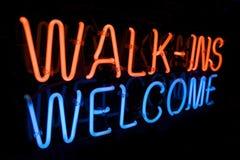 Promenade au néon dans le signe bienvenu Photo stock